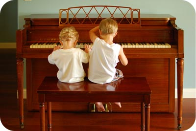 2 boys play piano